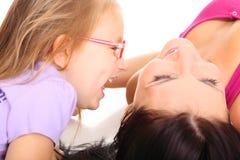 Madre feliz de la familia que juega con su hija Foto de archivo