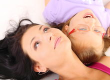 Madre feliz de la familia que juega con su hija Fotografía de archivo