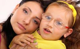 Madre feliz de la familia que juega con su hija Imagen de archivo libre de regalías