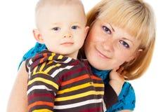 Madre feliz de la familia y pequeño niño foto de archivo