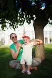 Madre feliz del extremo del bebé Imagenes de archivo