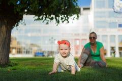 Madre feliz del extremo del bebé Foto de archivo