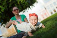 Madre feliz del extremo del bebé Imagen de archivo libre de regalías