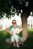 Madre feliz del extremo del bebé Foto de archivo libre de regalías