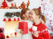 Madre feliz e hija de la familia que dan el regalo de la Navidad Foto de archivo