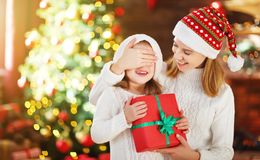 Madre feliz e hija de la familia que dan el regalo de la Navidad Imagenes de archivo