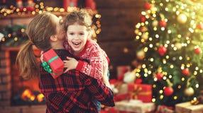 Madre feliz e hija de la familia que dan el regalo de la Navidad Imágenes de archivo libres de regalías