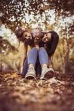 Madre feliz e hija que pasan tiempo en naturaleza Fotos de archivo libres de regalías