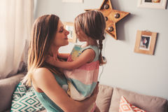 Madre feliz e hija que se divierten en casa Foto de archivo