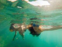 Madre feliz e hijo que bucean en la playa Imagen de archivo