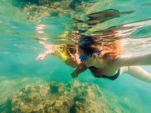 Madre feliz e hijo que bucean en la playa Foto de archivo libre de regalías