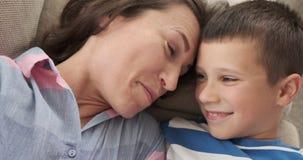 Madre feliz e hijo que se relajan en casa almacen de video