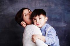 Madre feliz e hijo que tienen la diversión, la risa y abrazo Mujer hermosa y su muchacho lindo del pequeño niño que juegan y que  fotos de archivo