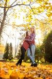 Madre feliz que abraza a su hija adolescente que presenta en la luz del sol Imagen de archivo libre de regalías