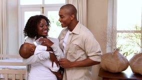 Madre feliz que alimenta al hijo lindo del bebé con el padre almacen de metraje de vídeo