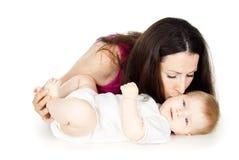 Madre feliz que besa a un niño fotografía de archivo