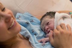 Madre feliz que celebra recién nacida justo después de entrega foto de archivo libre de regalías