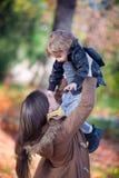 Madre feliz que celebra su alto ascendente del hijo Imágenes de archivo libres de regalías
