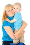 Madre feliz que celebra a un bebé en sus brazos fotografía de archivo libre de regalías