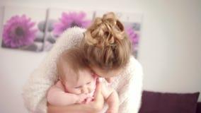 Madre feliz que juega con el bebé en las manos Maternidad de la felicidad Disfrute de la niñez almacen de video