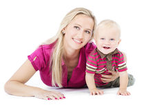 Madre feliz que juega con el niño en el suelo Imagen de archivo