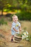 Madre feliz que juega con su hijo en el parque Fotos de archivo libres de regalías