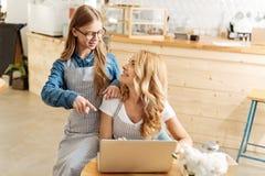 Madre feliz que mira a su hija con el afecto Fotografía de archivo libre de regalías