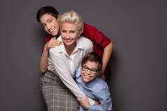 Madre feliz que presenta con dos hijos Fotos de archivo libres de regalías
