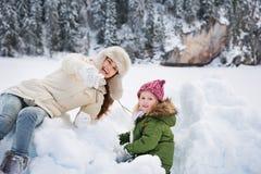 Madre feliz que señala in camera al niño mientras que juega al aire libre Imagen de archivo