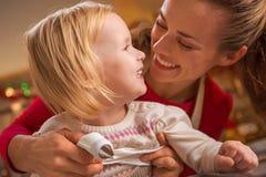 Madre feliz y bebé que hacen las galletas de la Navidad en ki Foto de archivo libre de regalías
