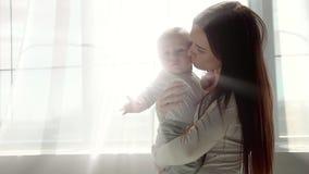 Madre feliz y bebé que se besan y que abrazan, familia feliz hermosa de la maternidad de maternidad del concepto almacen de metraje de vídeo