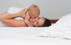 Madre feliz y bebé que muestran amor Foto de archivo libre de regalías