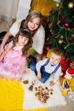 Madre feliz y dos sus niños en la Navidad imágenes de archivo libres de regalías