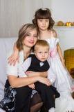 Madre feliz y dos sus niños en la Navidad fotos de archivo libres de regalías