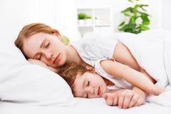 Madre feliz y niño de la familia que duermen en cama Imagen de archivo libre de regalías