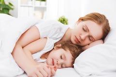 Madre feliz y niño de la familia que duermen en cama Foto de archivo libre de regalías