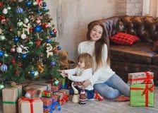Madre feliz y niño que adornan un árbol de navidad Fotografía de archivo libre de regalías