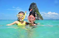 Madre feliz y niño que bucean en el mar tropical Fotografía de archivo