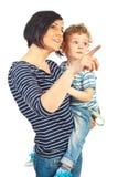 Madre feliz y niño que miran lejos Fotos de archivo libres de regalías