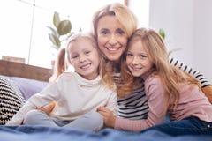 Madre feliz y su abarcamiento de las hijas Fotografía de archivo libre de regalías