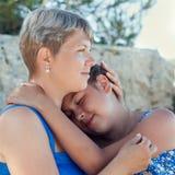 Madre feliz y su hija en la playa Imagen de archivo