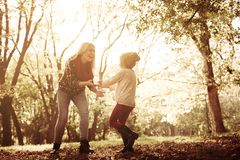 Madre feliz y su hija que juegan junto en parque fotos de archivo libres de regalías
