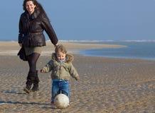 Madre feliz y su hijo en el th Fotos de archivo libres de regalías