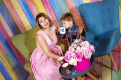 Madre feliz y su leche de consumo del hijo y el joying junto en a imágenes de archivo libres de regalías