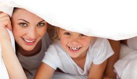 Madre feliz y su muchacha que juegan junto Foto de archivo libre de regalías
