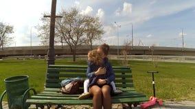 Madre feliz y su pequeña hija al aire libre Naturaleza Mamá y su niño que juegan y que abrazan en parque junto Feliz almacen de video