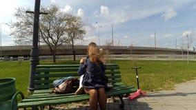 Madre feliz y su peque?a hija al aire libre Naturaleza Mam? y su ni?o que juegan y que abrazan en parque junto Feliz metrajes