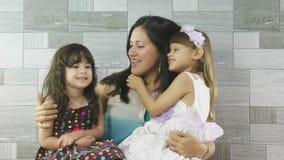 Madre feliz y sus niños que se divierten junto almacen de video