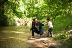 Madre, festa della mamma, figlio, ragazzo, natura, amore, emozioni, vita Fotografie Stock Libere da Diritti