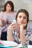 Madre frustrada con la hija adolescente y su forma de vida Imagen de archivo libre de regalías